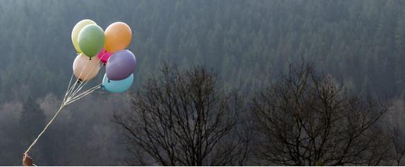 Bunte Pastellballons mit Helium gefüllt