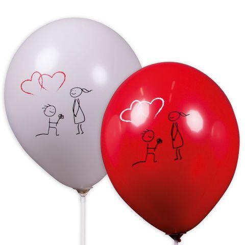 """weißer und roter Ballon mit aufgedrucktem Motiv: """"Heiratsantrag"""". Strichmännchen. Mann kniet mit Blume vor verlegener Frau. Darüber 2 ineinender geschlungene Herzen."""