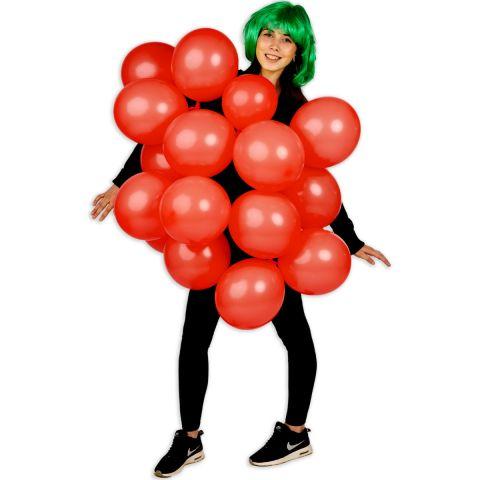Person trägt das Erdbeerkostüm aus roten Luftballons.