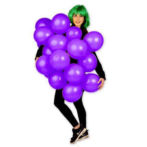 Person trägt ein Karnevalskostuem, Traubenkostuem aus lila Luftballons