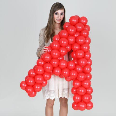 """Easy-Fix-Buchstabe """"A"""" in rot, gehlaten von einer jungen Frau"""