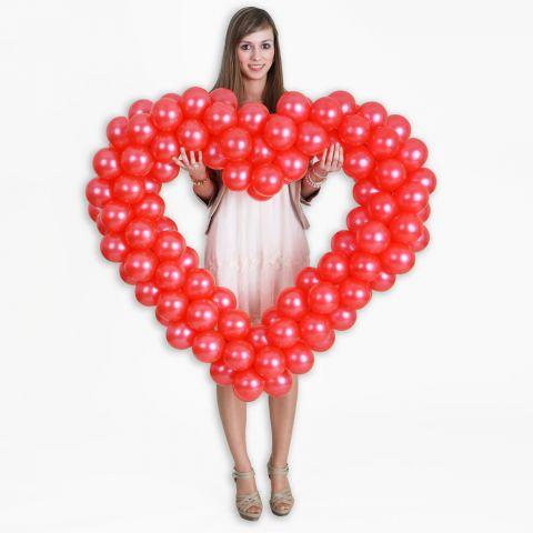 Easy-Fix-Mini-Herz mit roten Ballons, gehalten von einer jungen Frau. Das Größenverhältnis ist gut zu erkennen. ca. 95 cm hoch.