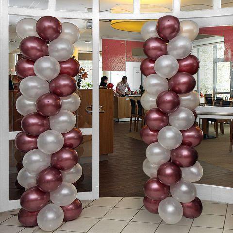 2 Luftballonäule mit metallic weißen und metallic kupferfarbenen Ballons rechts und links neben einer Eingangstür