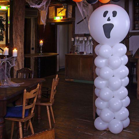 Luftballon-Deko-Säule aus weißen Ballons mit großem, weißem Riesenballon mit Gespenstergesicht