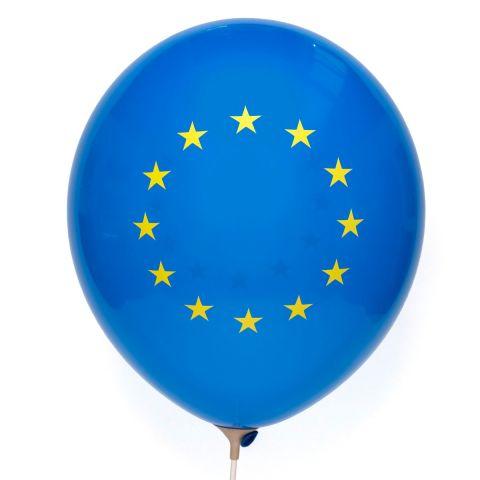 Blauer Ballon mit gelben Sternen, Europaflagge.