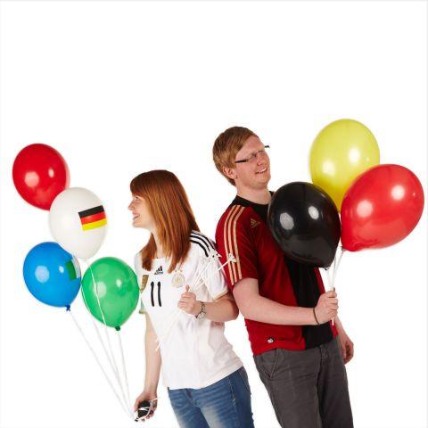2 Personen mit Luftballons in der Hand zum Dekorieren für Fußball, schwarz, rot, gelb