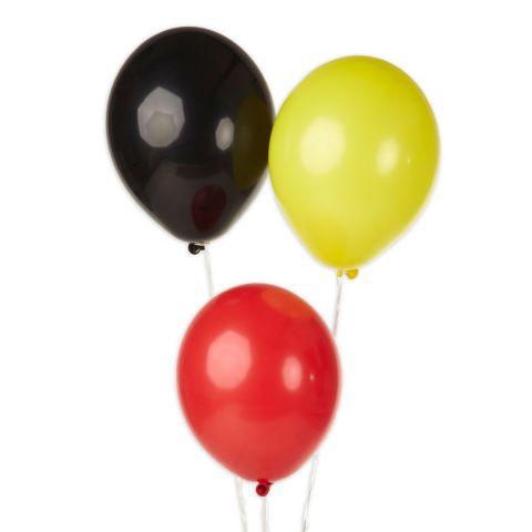 Ballons in schwarz, rot und gelb.