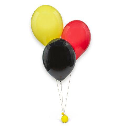 Heliumgefüllte Ballons in schwarz, rot, gelb mit gelbem Kneti und Öko-Fix-Verschlüssen.