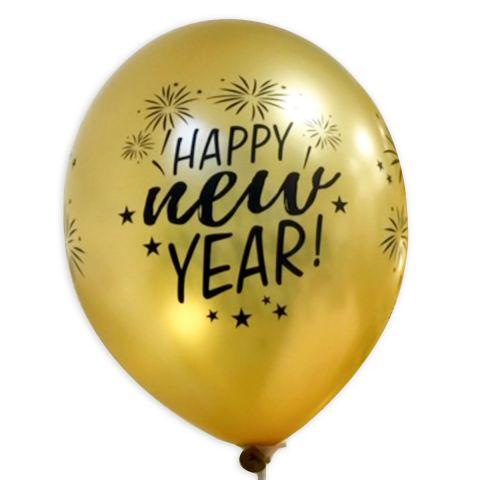 """Goldener Luftballon mit schwarzem Aufdruck """"Happy new Year"""" und Feuerwerk, rundum."""