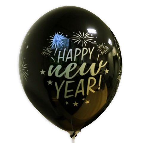 """schwarzer ballon mit goldenem Aufdruck """"Happy new Year"""" und Feuerwerk drumherum."""
