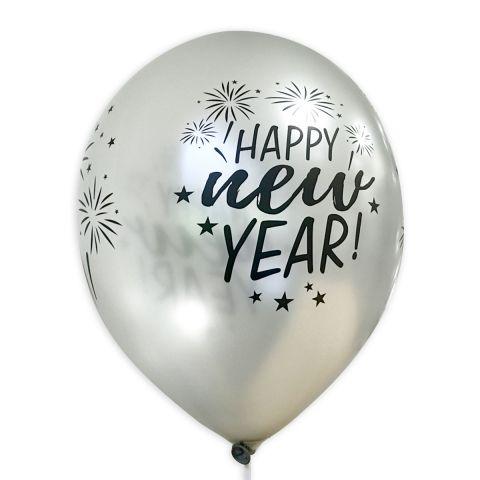 """Silberner Luftballon mit schwarzem Aufdruck """"Happy new Year"""" und Feuerwerk, rundum."""