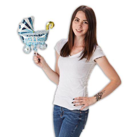 """Folienballon  in Form eines Kinderwagens in hellblau mit der Aufschrift """"It's a boy"""". Gehalten von einer Person."""