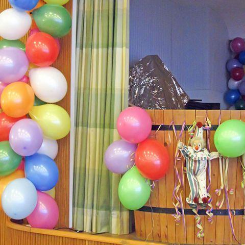 Bunte Luftballons in einem Karnevalssaal.