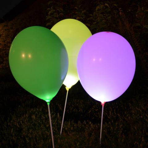 Leuchtende Ballons im Dunkeln, Beleuchtet mit innenliegenden LED-Lämpchen.
