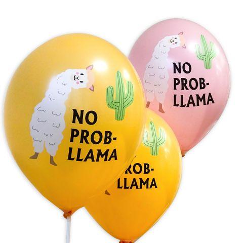 """Ocker und rosa Ballons mit Schriftzug in schwarz """"No Probllama"""", einem grünen Kaktus und einem weißen Lama als Aufdruck."""