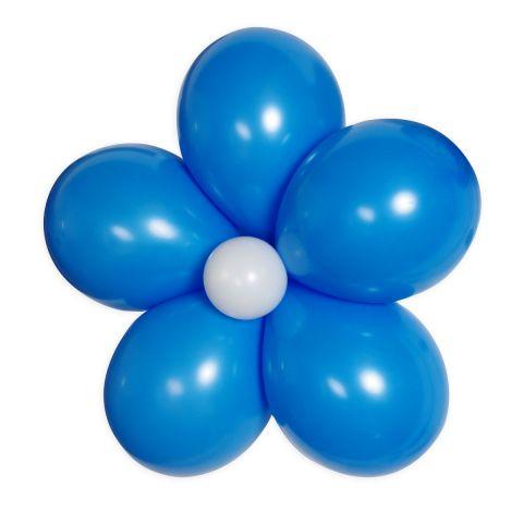 Luftballonblume gebunden aus 5 blauen und einem weißen Luftballon in der Mitte.