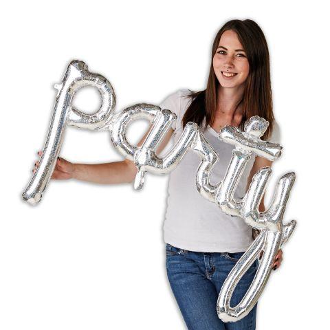 """Folienballongirlande, Schriftzug """"party"""" in silber. Zu sehen im Größenverhältnis zu einer Person, die den Schriftzug hält."""