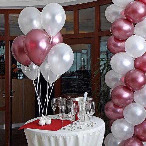 Luftballons, gefüllt mit Helium in metallic weiß und metallic weinrot, Stetischtedo zur Hochzeit bei Sektempfang