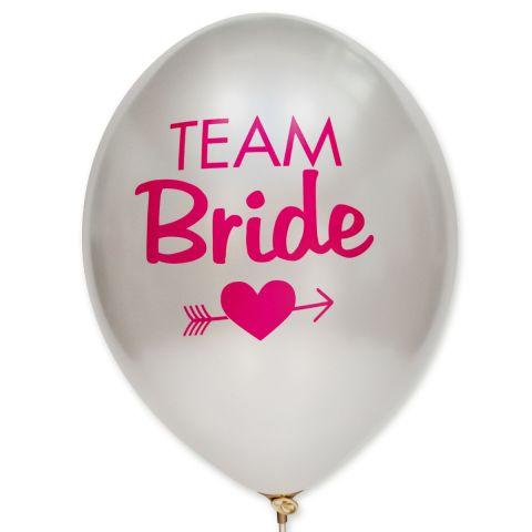 """Metallic weiße Ballons mit dem Aufdruck """"Team Bride"""" und einem Herz mit Pfeil durch in pink."""