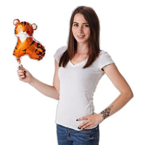 Tiger Folienballon an einem Stab, wird gehalten von einer Person .