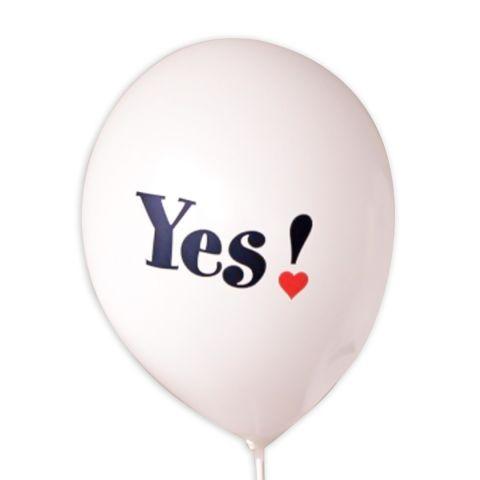 """weißer Luftballon mit aufgedrucktem rotem Herz und Schriftzug """"Yes"""" im Herz, in schwarz."""