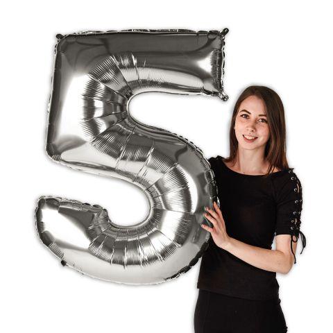 """Großer Folienballon Zahl """"5"""" im Größenverhältnis zu Person zu sehen."""