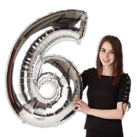 """Folienballon Zahl """"6"""", groß. Zu sehen im Größenverhältnis zu einer Person."""